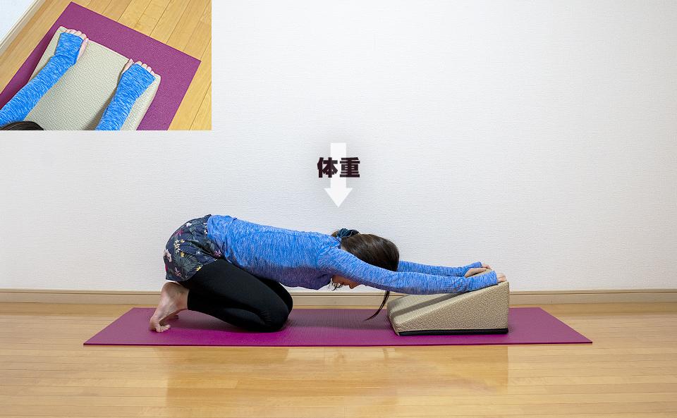 両腕を伸ばし上体を前に倒すストレッチ
