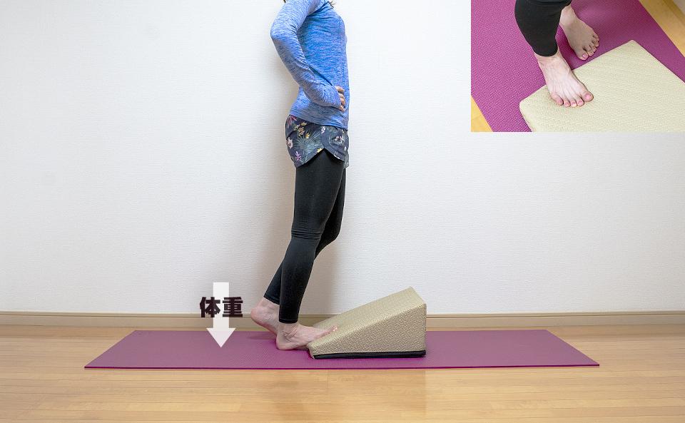 片脚づつ行うとより負荷をかけて伸ばすことができる