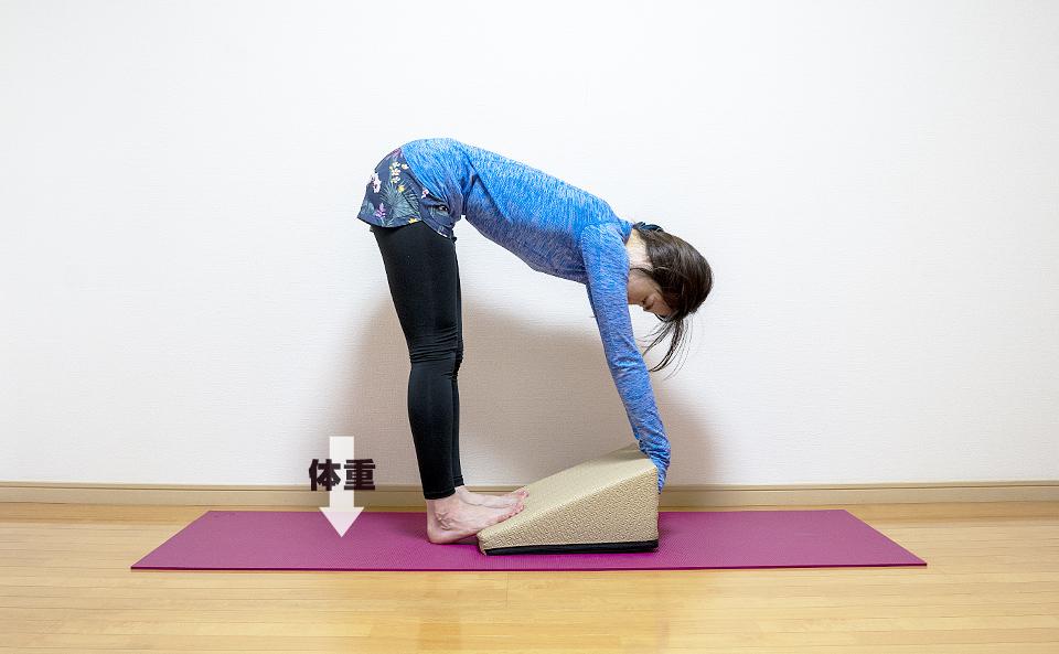上体を前に倒すとより負荷をかけて伸ばすことができる