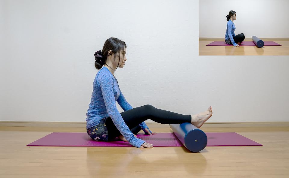 ストレッチポールを床において床に座り右足首を乗せる