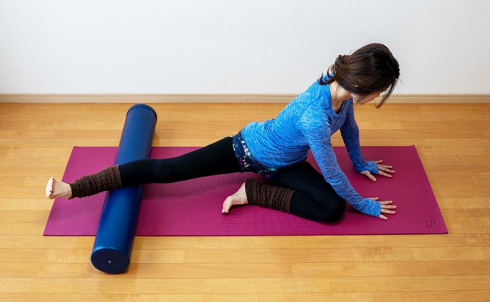 身体を左にねじり、右の太ももを内側に倒す。