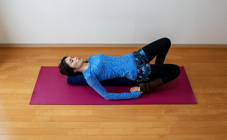 太ももの前側が伸びるようにカカトを腰に引き寄せて右膝を床に近づける