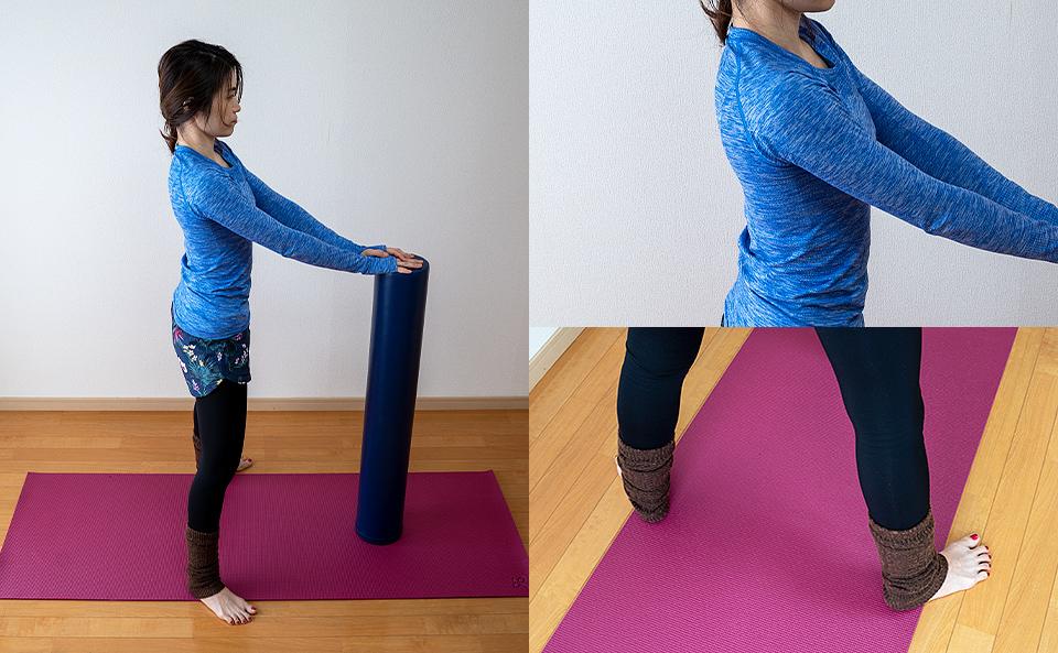 ストレッチポールを床に垂直に立てて脚を腰幅より広く開く