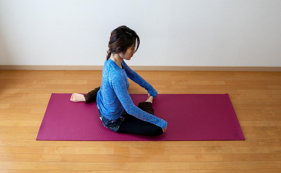 ひざを曲げて右脚を前に左脚を後ろにおいて床に座る