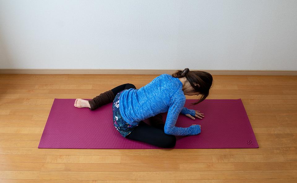 背筋を伸ばしておしりが伸びるように前屈をする