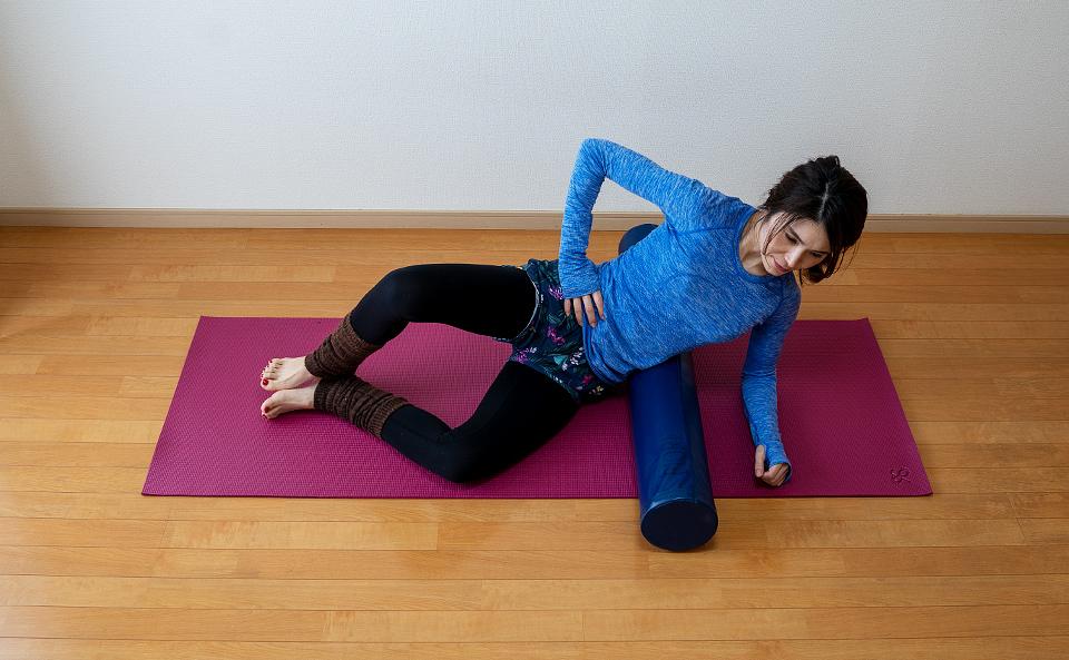 おしりに力が入るように右脚を広げて閉じるを行う