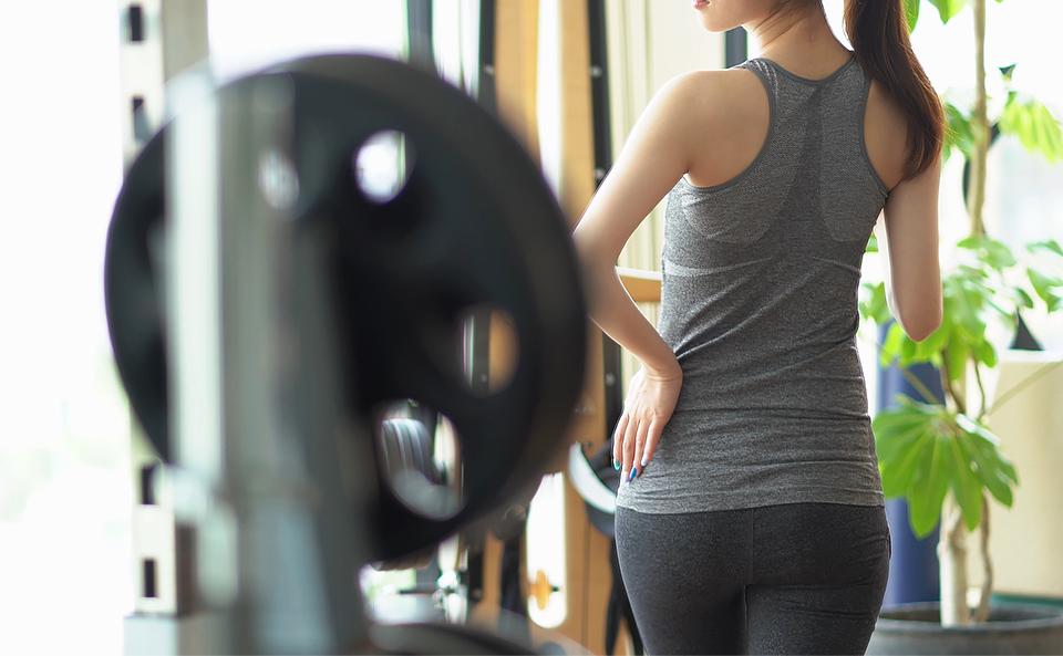 ストレッチポールで太ももの外側の筋肉を鍛えるトレーニング