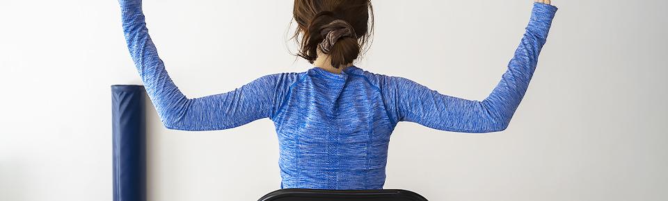 腕を下ろす時に左右の肩甲骨が中央に寄るように意識する