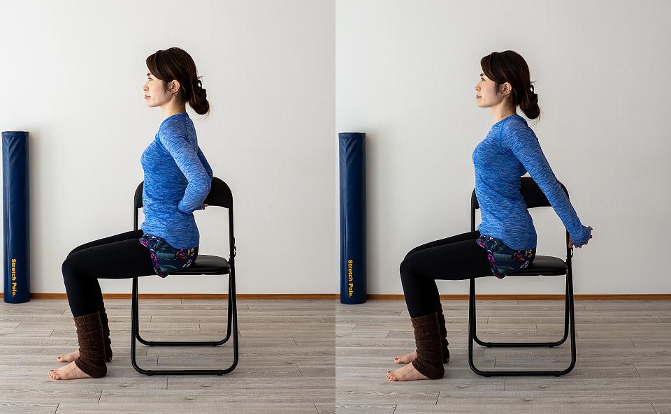 手の甲を後ろに向けた状態で手を背中の後ろで組み、腕を後ろに伸ばす。