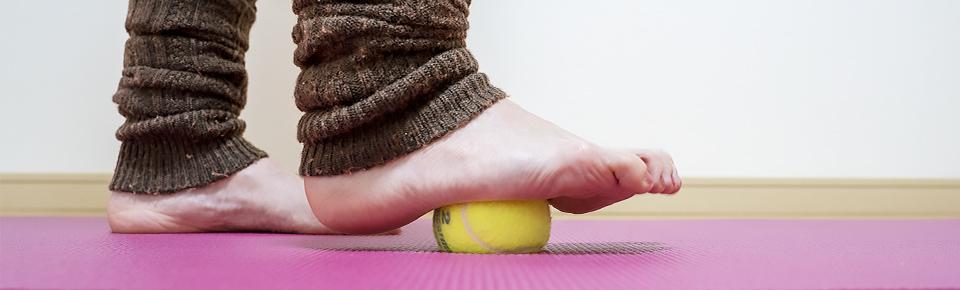 テニスボールを使うと手を使うことなく簡単に足裏をほぐすことができる