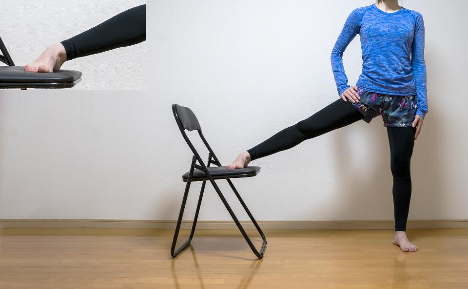 右脚を椅子の座面に乗せる