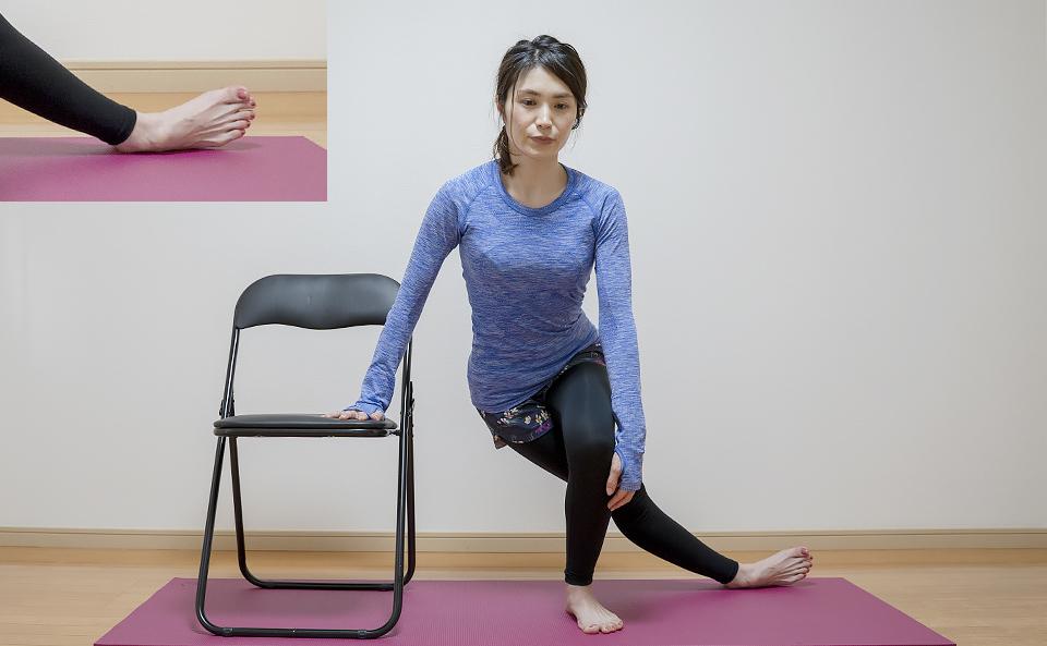 右膝を曲げて体重をかける