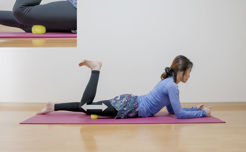 前ももの筋肉がほぐれるように前後左右に細かく動かす