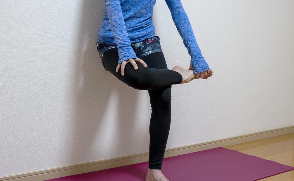 おしりを壁につけ右脚のすねを左脚の太ももに乗せる