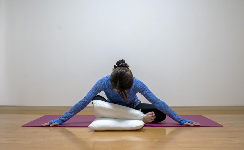 おしりの筋肉が伸びるように上半身を前に倒す