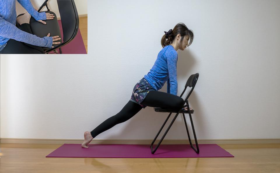 両手で座面をつかみ左脚を後ろに伸ばす