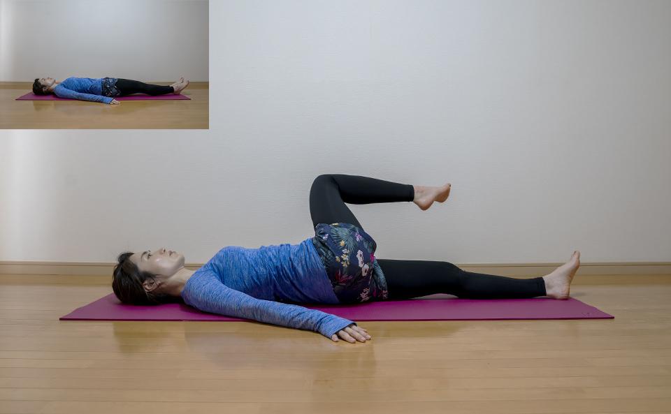 右膝を約90度に曲げて腰の高さまで上げる