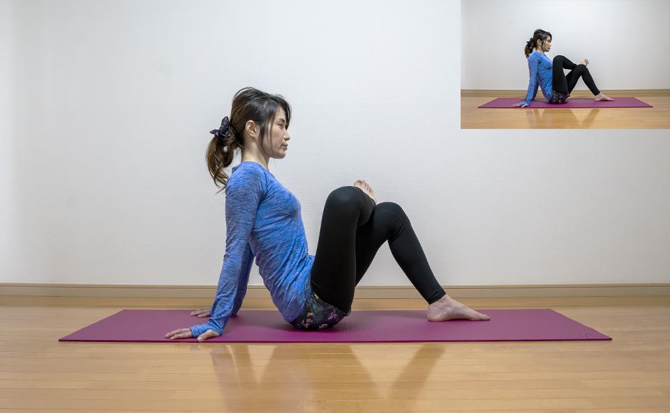 右側のおしりの筋肉が伸びるように右膝を外側に開く