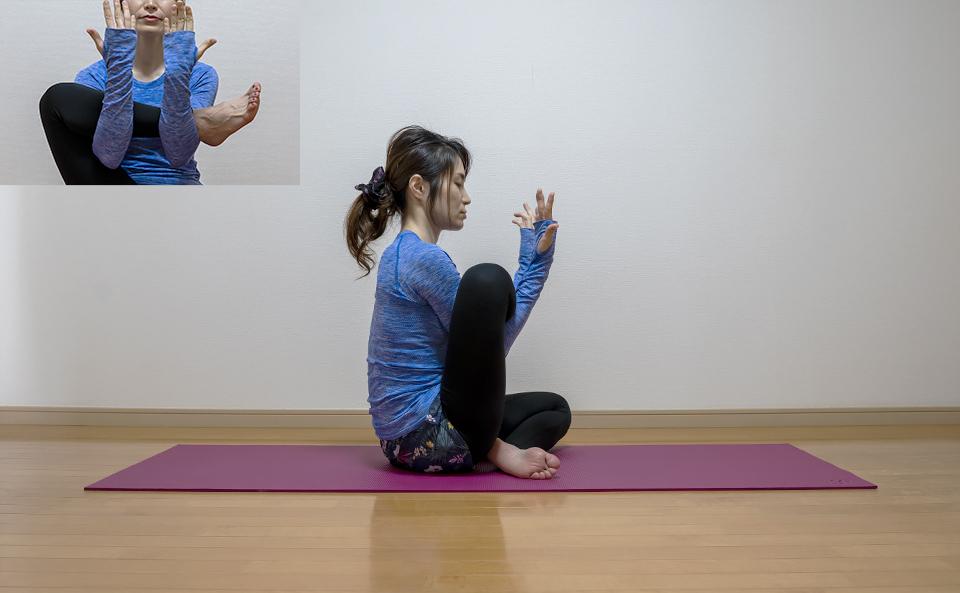 おしりの筋肉が伸びるように両手で右脚を持ち上げる