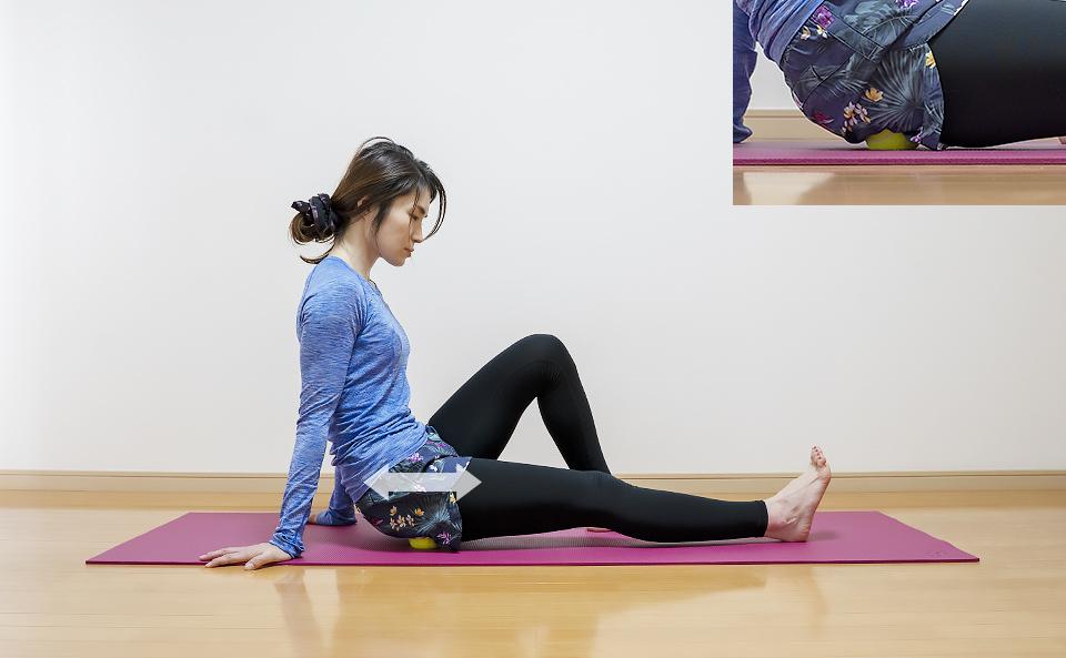 お尻の筋肉がほぐれるように前後左右に細かく動かす