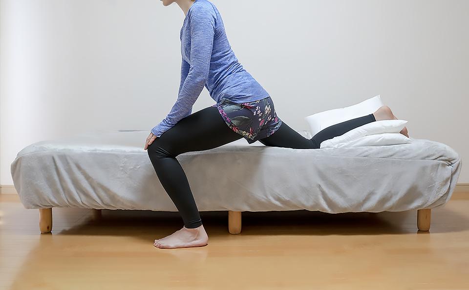 股関節まわりの筋肉が伸びるように腰を落とす