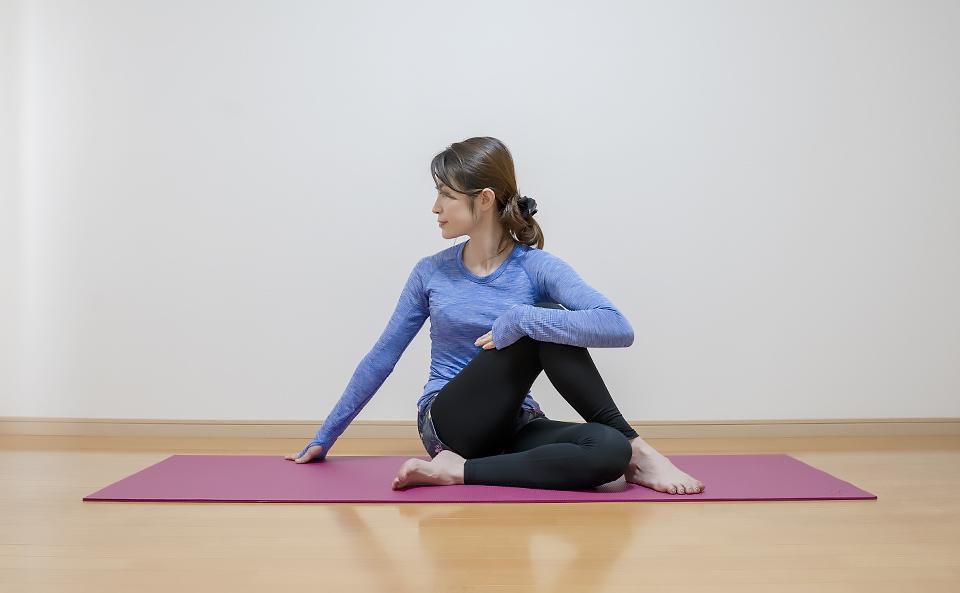 股関節まわりの筋肉が伸びるように上半身を右側にひねる