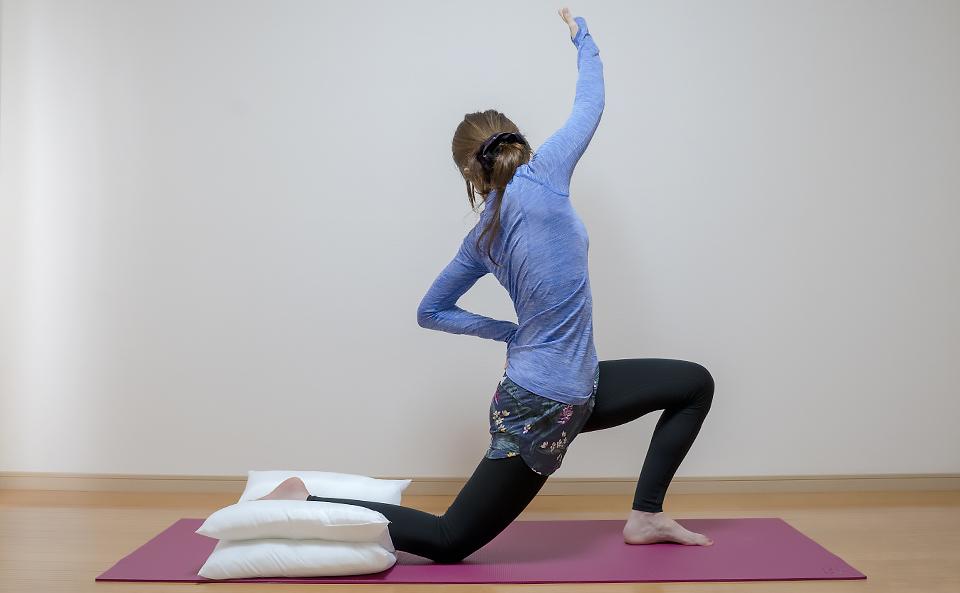 右手を上げて上体を左側に傾けて腰を前に突き出す