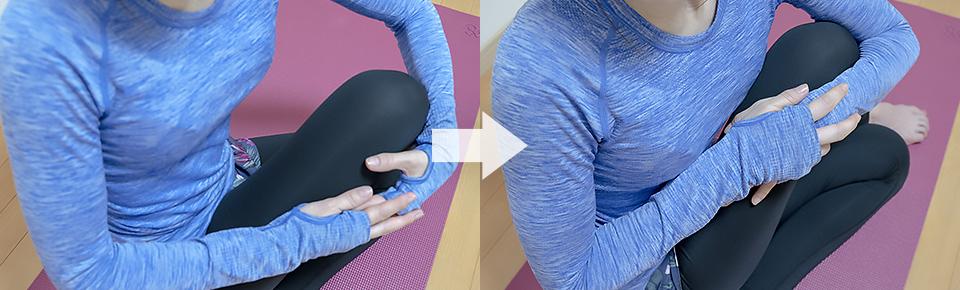左手で右膝を胸に引き寄せる