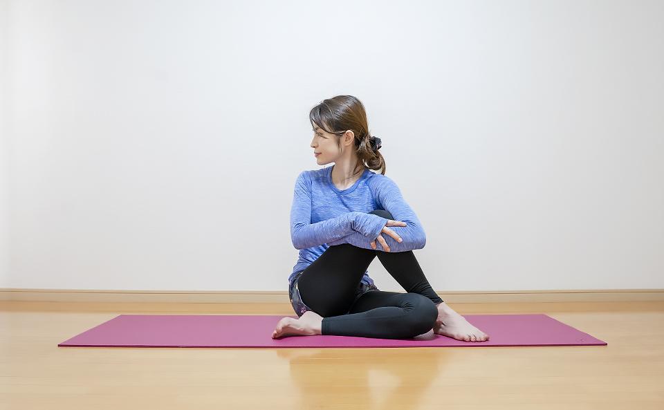 両手で右膝を胸に引き寄せるとより伸ばすことができる