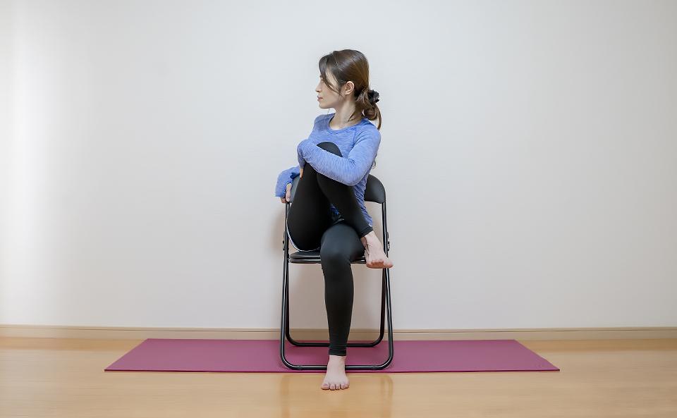 膝が痛い方はイスに座って行う