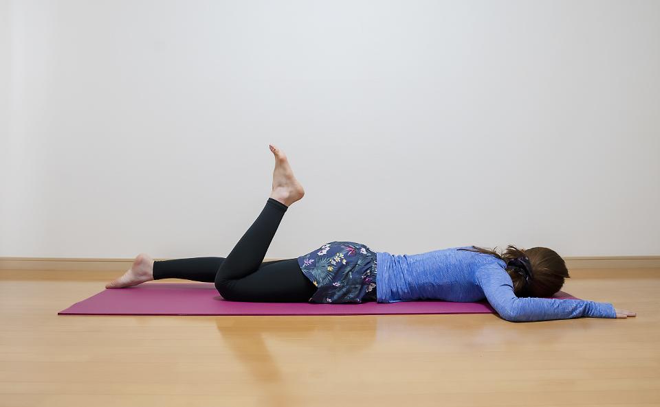 右膝を曲げておしりの横に足を引き寄せる