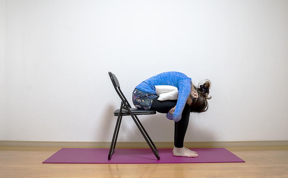 腰回りの筋肉が伸びるようにカラダを前に倒し頭を脚につける