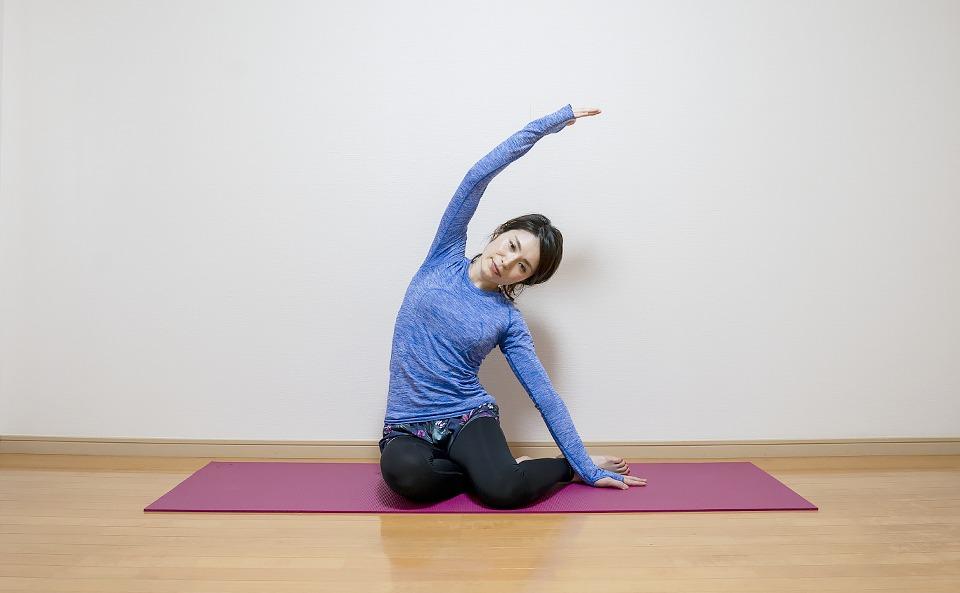 お腹の右側面の筋肉が伸びるように上体を左側に倒す