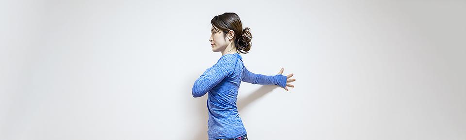 胸のストレッチは腕を横に広げた状態でキープする