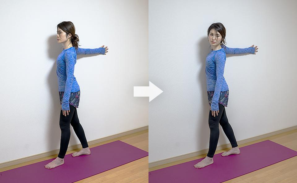右側の大胸筋が伸びるように上半身を左にねじる