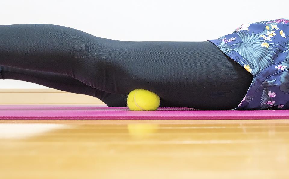 テニスボールで太ももを簡単に柔らかくする!張り・むくみ・冷えに効く!