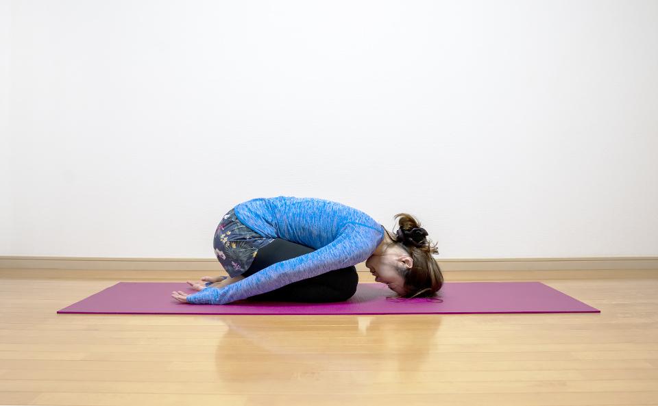 正座をして頭を床につける背中のストレッチ