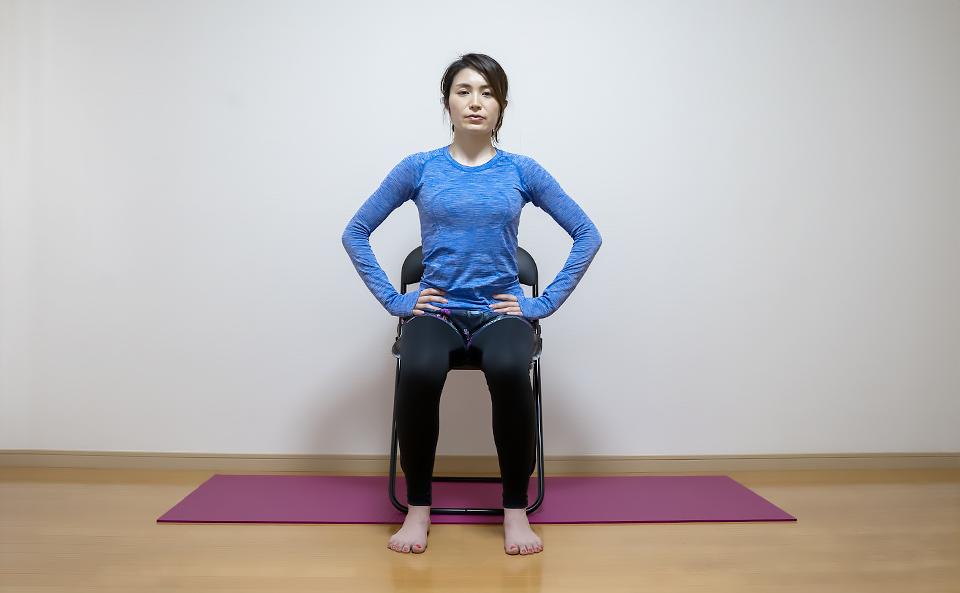 イスに浅く座り両手で骨盤をつかみ肩の力を抜く