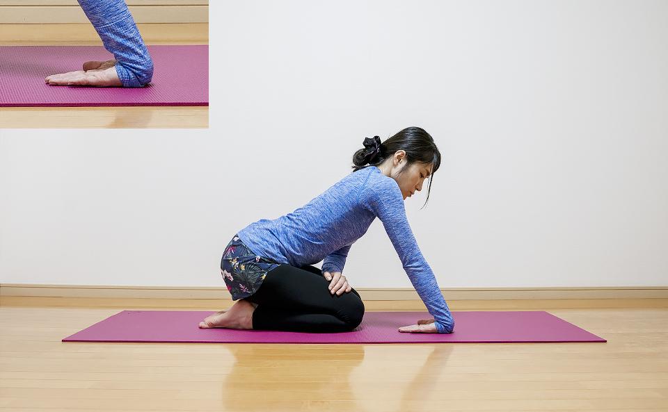 肘まわりの筋肉がのびるように右手に体重をかける