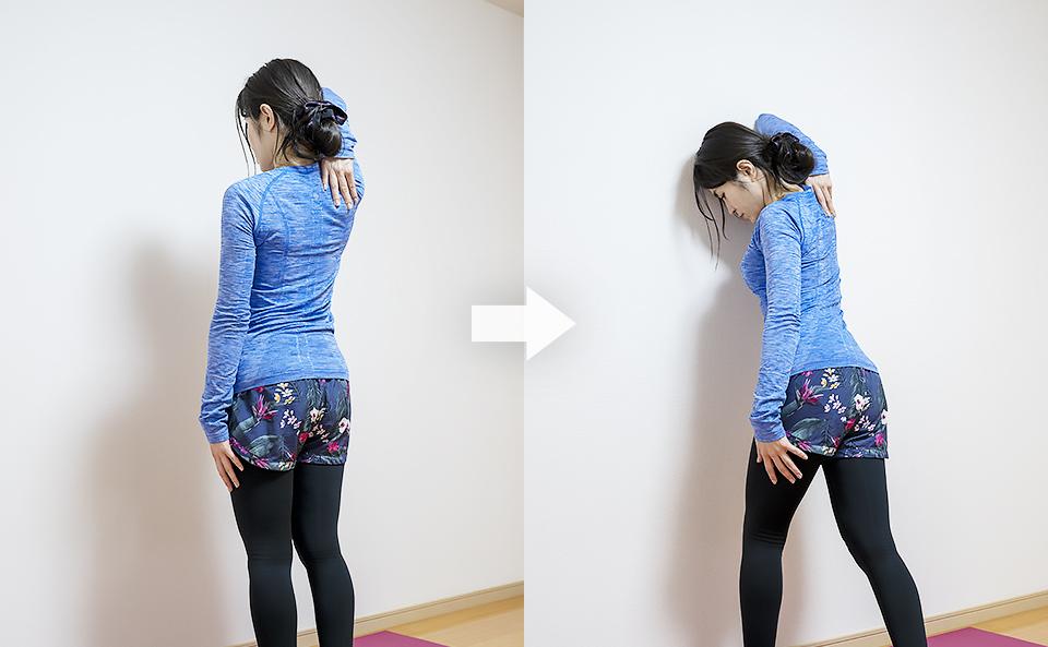 壁を使って二の腕のストレッチ