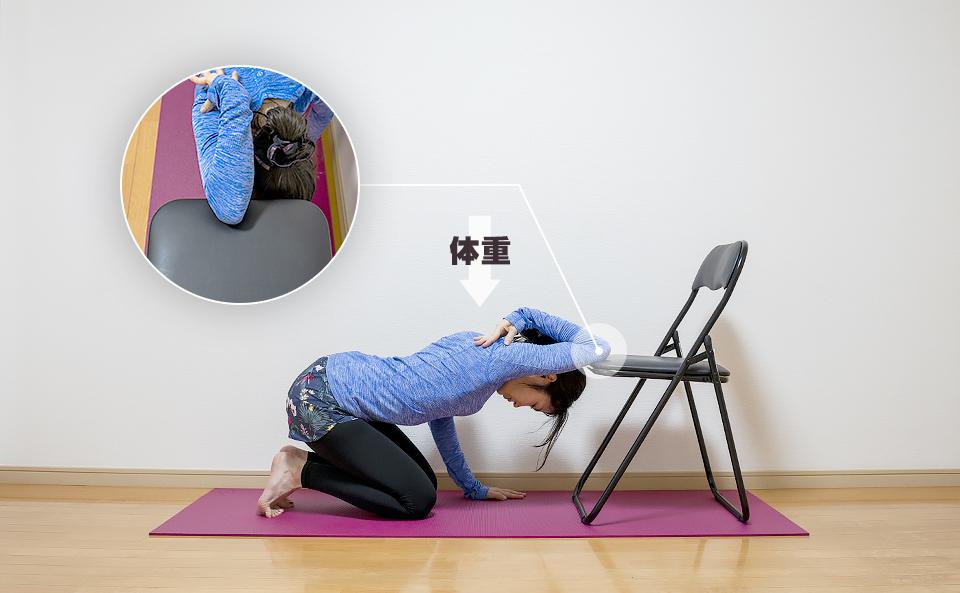 右腕の筋肉が伸びるように体重を下へかける