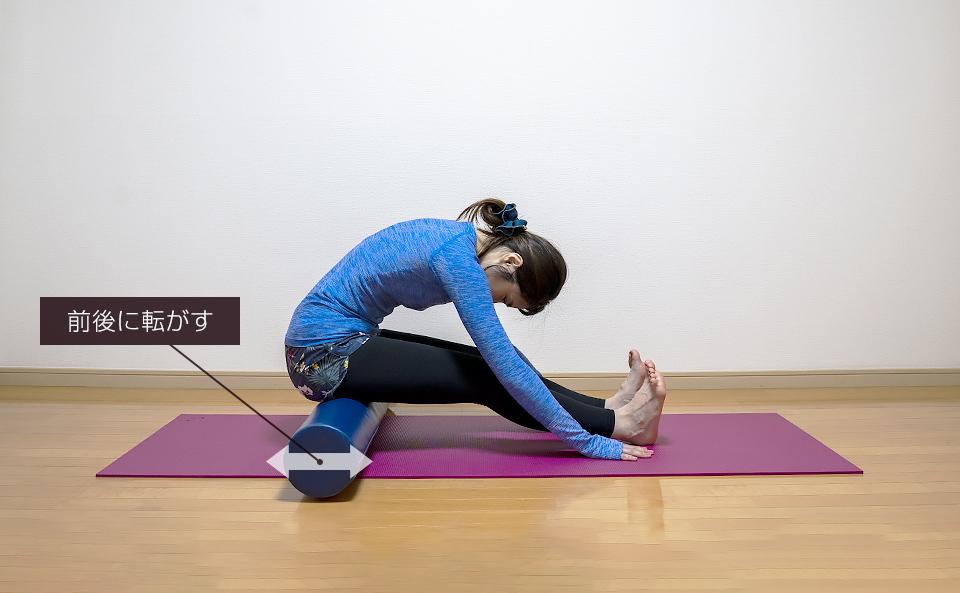 裏ももの筋肉を乗せて筋肉がほぐれるように前後に動かす