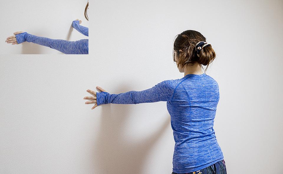 手を外側に向けてカラダがやや前傾するようにして、壁に手をつく