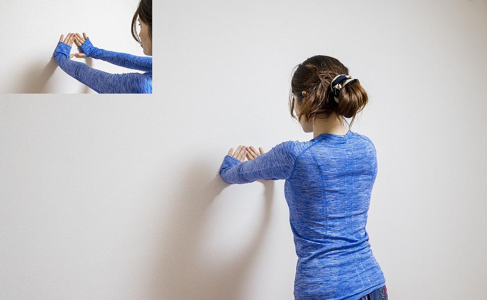 人差指と親指で三角形を作って壁に手をつく
