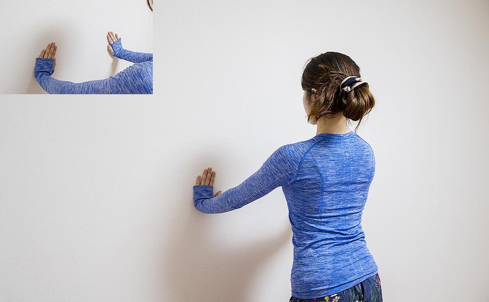肩の高さよりもやや下に壁に手をつく