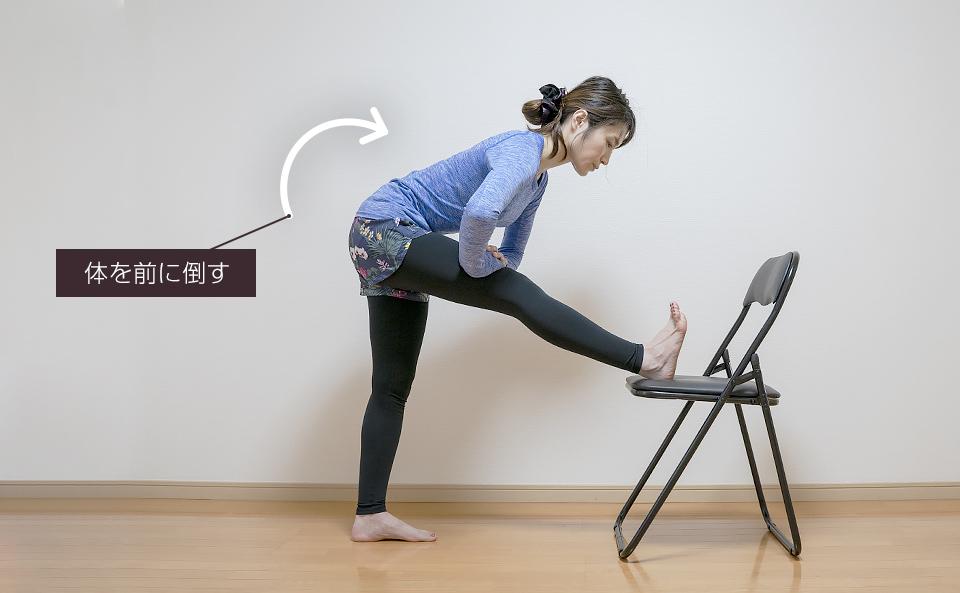立ったまま椅子を使う裏もものストレッチ