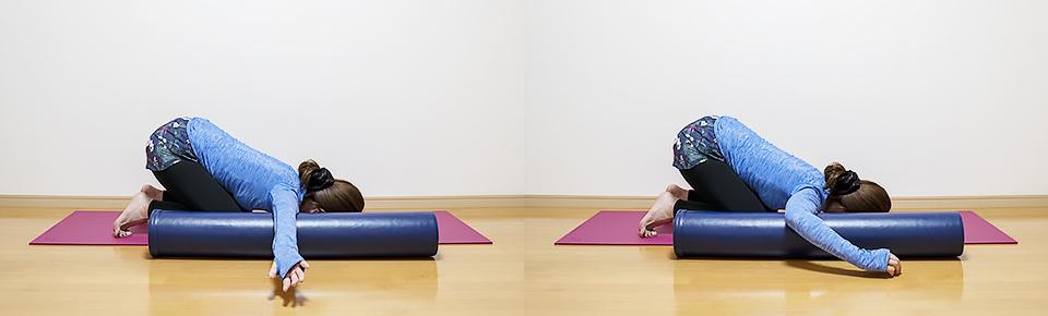 ストレッチポールで二の腕の前側を膝をついて方法