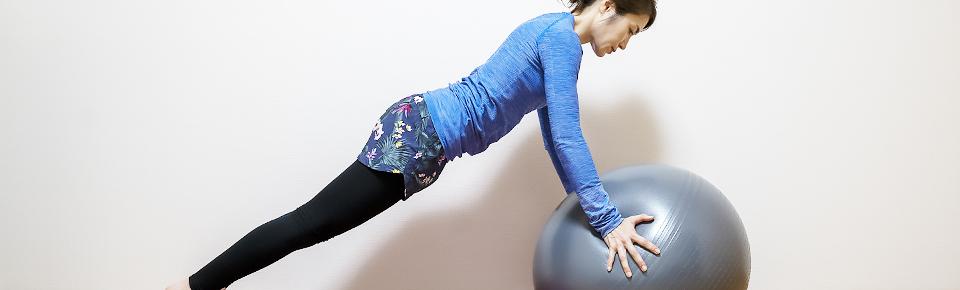バランスボールで胸筋の筋トレ「ハンズプッシュアップ」ひざを浮かせて行うと負荷が上がる