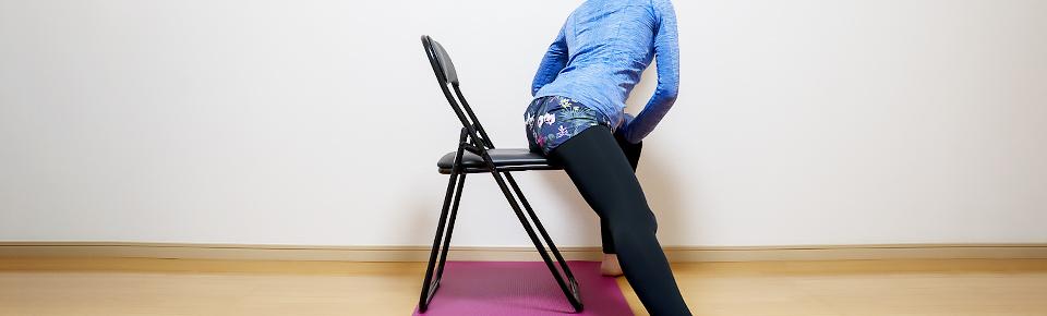 バランスボールを使わずに椅子を使って内もものストレッチ1