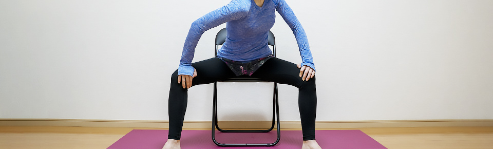 バランスボールを使わずに椅子を使って内もものストレッチ2